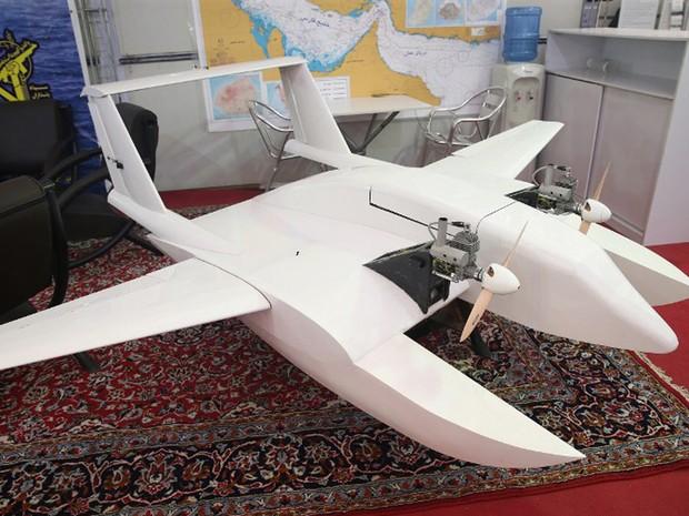 """Guardiães da Revolução da República Islâmica do Irã apresentaram seu primeiro """"drone suicida"""" nesta quarta-feira (26) (Foto: Meghdad Madadi / Tasnim News / AFP)"""