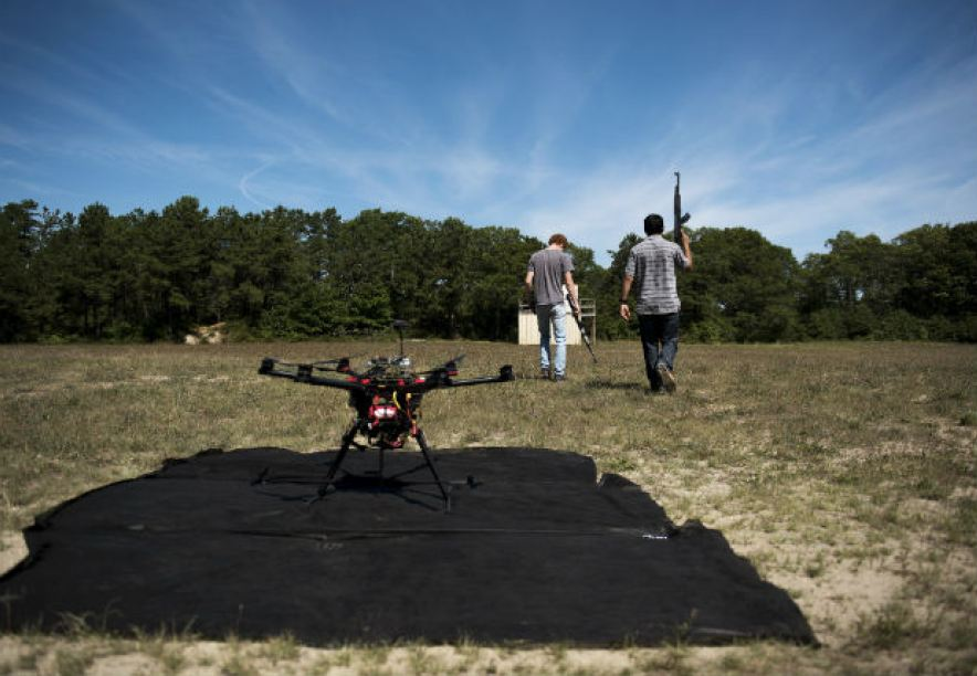 Jacob Regenstein e Ben Krosner participam de teste com drone no Estado americano de Massachusetts Foto Hilary Swift