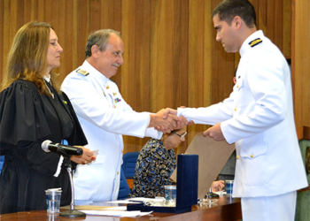 Da esquerda para direita, a Vice-Diretora da EPUSP, o Contra-Almirante (EN) Ivan Taveira Martins e o formando CT Lopes Santos