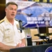 O Contra-Almirante Sean S. Buck, comandante das Forças Navais do Comando Sul dos EUA, se dirige aos participantes da UNITAS 2016. (Foto: Segundo Sargento Jacob Sippel/Marinha dos EUA))