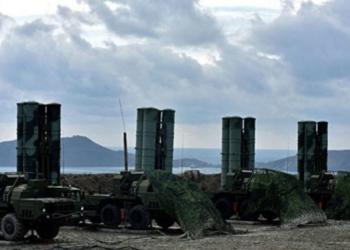 Regimento do sistema de mísseis antiaéreos S-400 implantado na proximidade de Theodosia