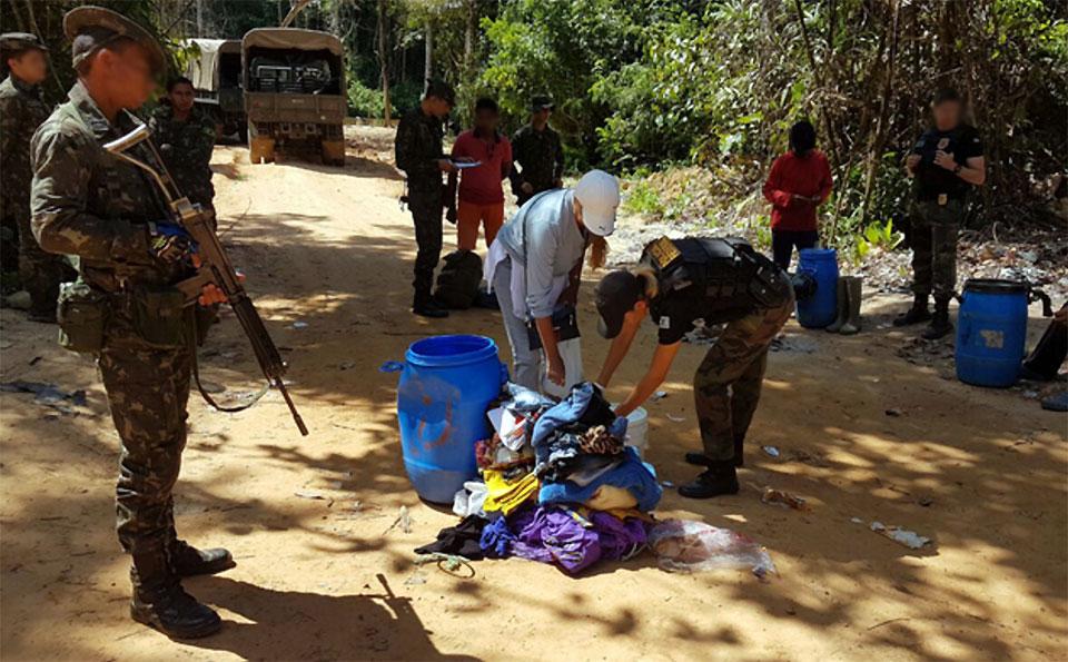 Com a Polícia Federal, os militares identificaram atividade ilegal de garimpo às margens do rio Uraricoera. Foram encontrados e apreendidos 1.790 gramas de ouro na posse de 12 pessoas. (Foto: Exército Brasileiro)