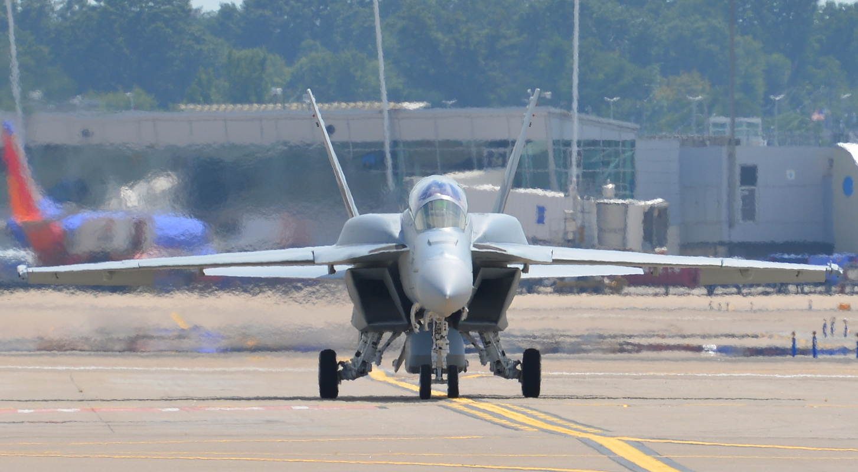 Boeing F/A-18F com tanques corformais (CFT)- Foto Christopher P. Cavas