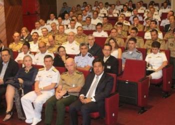 ministro da Educação, José Mendonça Bezerra Filho, e o General-de-Exército Décio Luís Schons, comandante da Escola Superior de Guerra (primeira fila, da dir. para a esq.)