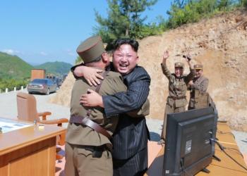 Kim Jong-un comemora lançamento de míssil intercontinental (Foto: KCNA/Reuters)