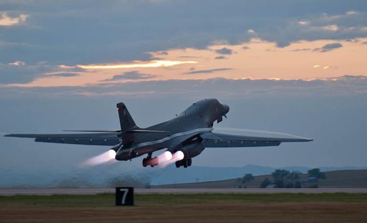 B-1 decolando - Foto  Zachary Hada