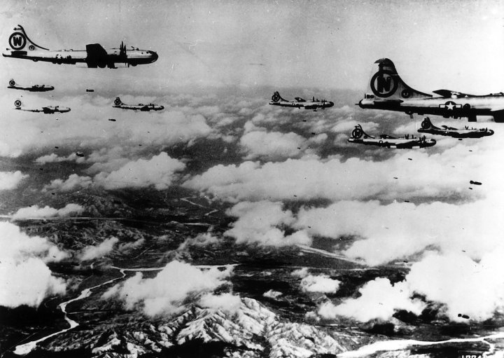 (GERMANY OUT) Korean war 25.06.1950-27.07.1953: USAF bomber sqadron B-29 on mission against enemy positions . october 1950 (Photo by ullstein bild/ullstein bild via Getty Images)