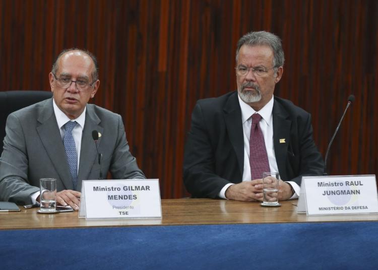Brasília - O presidente do TSE, ministro Gilmar Mendes, acompanhado do ministro da Defesa, Raul Jungmann, diz que o eleitor se sentiu seguro e foi às urnas (Valter Campanato/Agência Brasil)