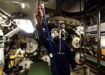 LINS3493 - RIO DE JANEIRO - RJ - 22/11/2017 - SUBMARINO/MARINHA - INTERNACIONAL OE - Porta-vozes da Marinha do Brasil (MB) receberam os órgãos da Imprensa interessados em receber informações sobre a participação da MB nas buscas ao Submarino ARA San Juan, na tarde desta quarta-feira, 21, na ilha de Mocanguê, na Baía de Guanabra. A embarcação que transporta 44 militares desapareceu enquanto navegava de Ushuaia para Mar del Plata, no Atlântico Sul.  Na foto, um tripulante mostra equipamento de emergencia em caso de falta de oxigenio. Foto: FABIO MOTTA/ESTADÃO
