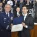 Comandante da Aeronaútica entrega honraria ao aluno que obteve a maior not