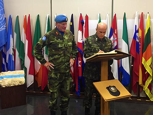 Major General Michael Beary (à esquerda) e General de Exército Menandro