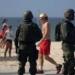 RJ - FORÇAS-ARMADAS-REFORÇO-SEGURANÇA - GERAL - Movimentação de agentes da Força de Segurança, da Polícia Rodoviária Federal, e soldados das Forças Armadas, trabalham no reforço da segurança pública na orla da praia de Copacabana, no Rio de Janeiro (RJ), na manhã deste sábado (29). Soldados do Exército foram convocados para atuar na segurança pública do estado carioca. 31/12/2004 - Foto: ALESSANDRO BUZAS/FUTURA PRESS/FUTURA PRESS/ESTADÃO CONTEÚDO