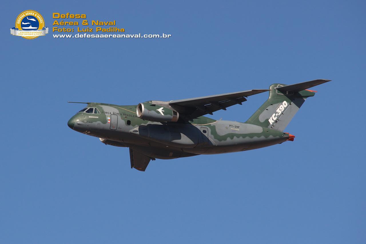 KC-390 da Embraer sobrevoando o Chile durante a FIDAE 2018