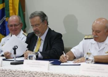 O ministro Raul Jungmann assina acordo que libera recursos para a Marinha implantar sistema de monitoramento contra o tráfico de drogas e armas pelo mar - Fernando Frazão/Agência Brasil