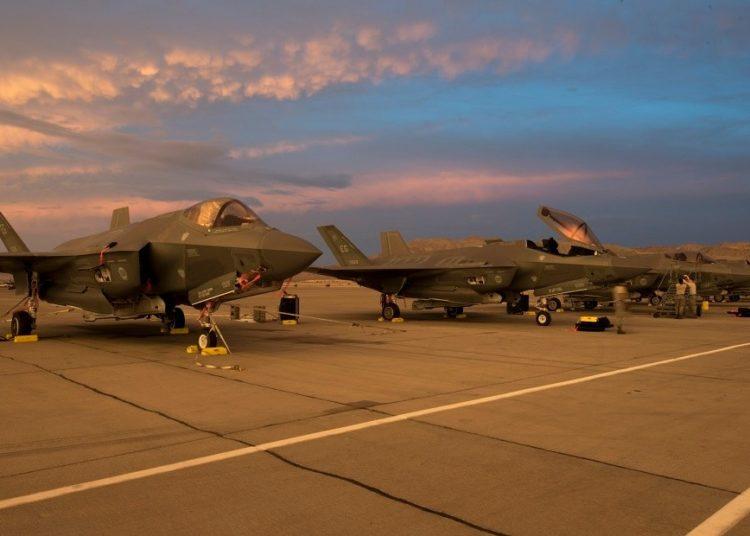 Caças F-35A na linha de voo em Nellis AB, Nevada (Sgt Peter Thompson - USAF)