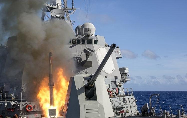 USS Mustin lança um foguete anti-submarino durante um exercício de fogo real.