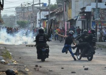 Guarda Nacional venezuelana entra em confronto com manifestantes na cidade venezuelana de Ureña - Juan Barreto/AFP