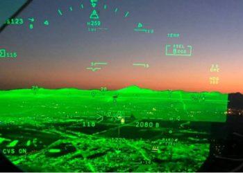 O FalconEye combina um sistema de visão aprimorado e imagens do sistema de visão sintética no HUD. (Foto: Dassault)