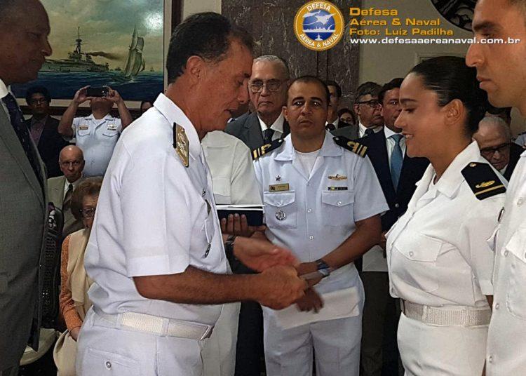 """Comandante da Marinha, Almirante de Esquadra, Ilques Barbosa Júnior, entrega o prêmio do concurso de radação """"Amazônia Azul"""""""