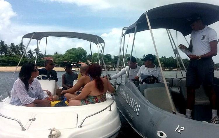 Militares da Capitania dos Portos  realizam inspeção de embarcação