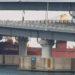 Navio cargueiro russo de 6 mil toneladas causou danos ao bater em ponte na Coreia do Sul — Foto: Associated Press