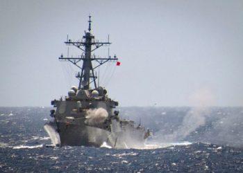 O destróier de mísseis guiados USS Curtis Wilbur dispara sua arma de 5 polegadas durante um exercício no Mar das Filipinas - Foto JEREMY GRAHAM / US NAVY