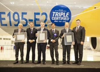 Executivos da Embraer e representantes da ANAC, EASA e da FAA durante a cerimônia de certificação do E195-E2