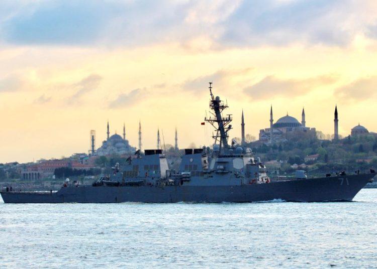 O USS Ross passa por Istambul a caminho do Mar Negro no domingo, 14 de abril de 2019. CORTESIA DO YORUK ISIK