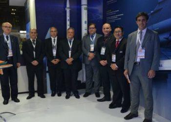 Autoridades da Finep visitam estande da Avibras, empresa apoiada pela financiadora