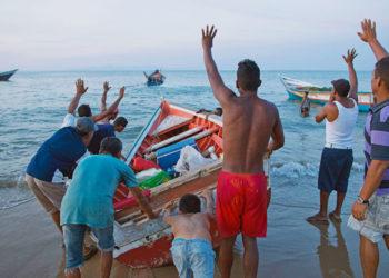 Traficantes roubam os motores dos pecadores em Punta Araya - Foto Rodrigo Abd (AP)