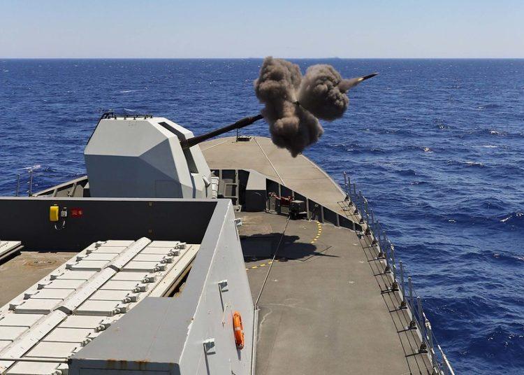 """Canhão 4.5"""" do HMS Duncan disparando no exercício (GUNEX) NATO Photo: LPhot Paul Hall"""