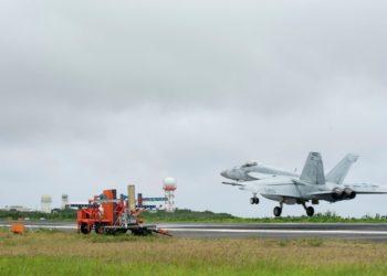 Caça F-18 Super Hornet pousando em Iwo Jima-Japão
