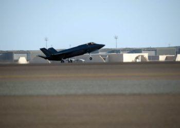 Um F-35A Lightning II é visto na Base Aérea de Al Dhafra, Emirados Árabes Unidos, em abril de 2019. CHRIS THORNBURY