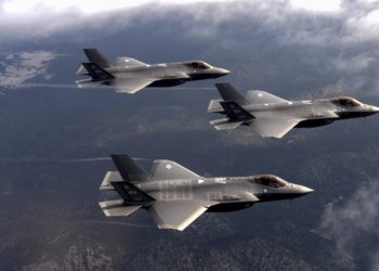 Caças F-35 Lighting II do 6º Weapons Squadron, Nellis Air Force Base, sobrevoam área de testes  em Nevada. Foto Daryn Murphy