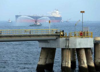 Petroleiro ao largo do porto de Fujairah