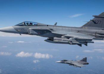 Caças gripen da Força Aérea Sueca voando em ala.