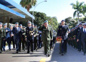Cerca de 200 militares que já atuaram em missões de paz desfilaram para  marcar o dia que os homenageia