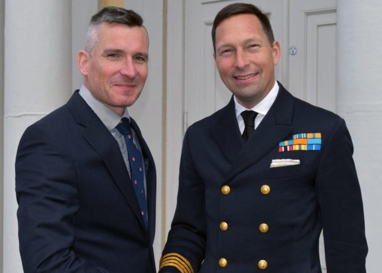 Presidente do grupo de trabalho Coronel Zac Scott, da Grã-Bretanha e capitão Fredrik Peedu, comandante da Swedec. FOTO: Daniel Wiberg