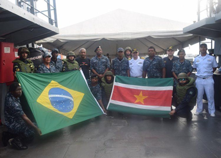 """Militares da Marinha do Brasil e do Suriname após adestramento no NPa """"Guanabara"""""""