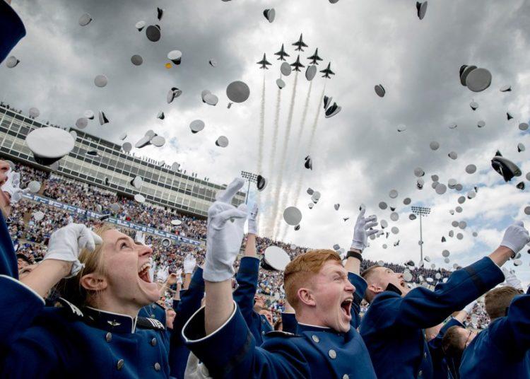 Os cadetes da Academia da Força Aérea dos Estados Unidos jogam seus quepes no ar enquanto os Thunderbirds voam sobre suas cabeças durante a cerimônia de formatura dos cadetes no Estádio Falcon, quinta-feira, 30/05/2019, em Colorado Springs, Colorado. ANDREW HARNIK / AP