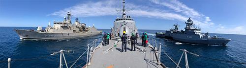 Exercício de light-line ocorre simultaneamente com três navios
