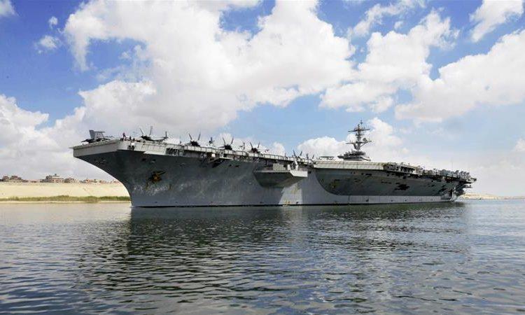 O USS Abraham Lincoln navega para o sul no Canal de Suez em 9 de maio a caminho do Golfo - AP
