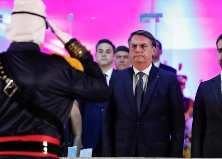 Presidente Jair Bolsonaro acompanhou cerimonial da Festa Nacional da Artilharia ao lado do governador Eduardo Leite | Foto: Alan Santos / PR / CP