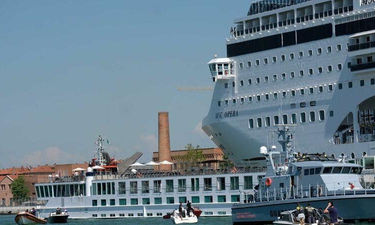 O navio de cruzeiro MSC Opera perde o controle e colide com um pequeno barco turístico na doca de San Basilio, em Veneza, Itália, em 2 de junho de 2019. Foto Manuel Silvestri / Reuters