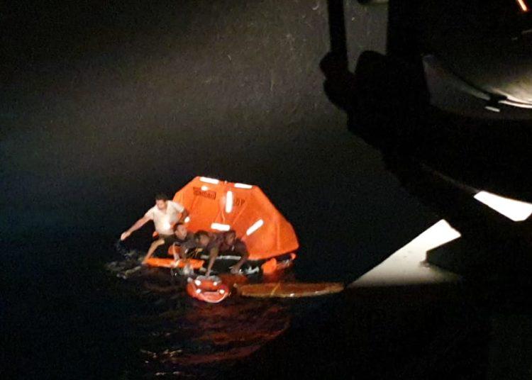 Náufragos sendo resgatados pelo NPa Guaíba
