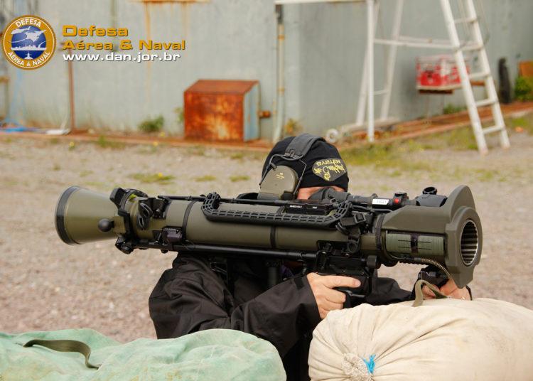 Editor do DAN com o canhão sem recuo Carl Gustaf M4 na Suécia