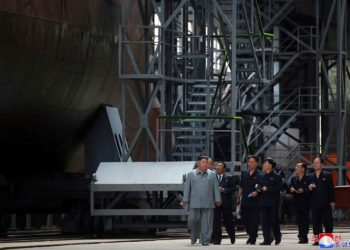 23 de julho de 2019, Kim Jong Un inspeciona um submarino recém-construído a ser implantado em breve, em um local desconhecido na Coreia do Norte. (Agência Central de Notícias da Coréia / Coréia do Serviço de Notícias via AP)