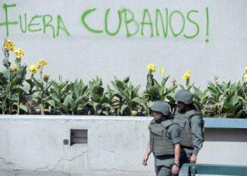 Ex-oficiais venezuelanos em exílio na Colômbia dizem que os militares cubanos estão na Venezuela há duas décadas. (Foto: Juan Barreto, AFP)