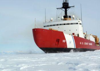 O Cutter da Guarda Costeira Polar Star, com 75.000 cavalos de potência e 13.500 toneladas, foi projetado há mais de 40 anos, mas continua sendo o mais poderoso quebra-gelo do mundo movido a energia não nuclear. David Mosley / US Coast Guard