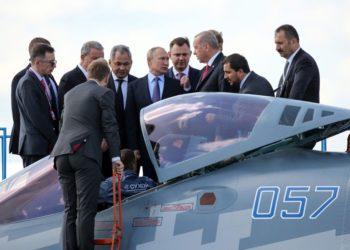 Vladimir Putin e Recep Tayyip Erdogan inspecionam um caça Sukhoi Su-57 em Moscou na terça-feira, 27 de agosto de 2019. ANDREY RUDAKOV / BLOOMBERG